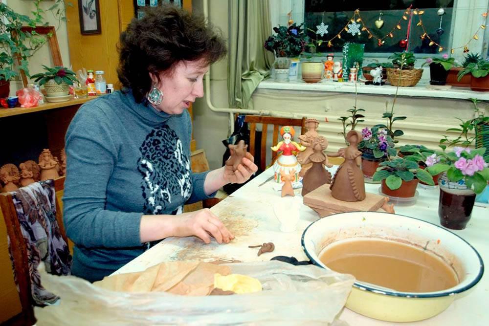 Мастерица лепит фигурку. Глиняную фигурку покроют меловым грунтом и нарисуют узоры. Фото: Vladimir Varfolomeev/Flickr