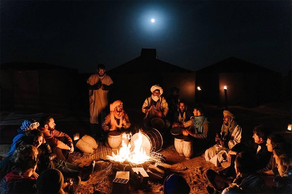 Вечерние песни берберов у костра подлуной вгоняют гостей в легкий транс