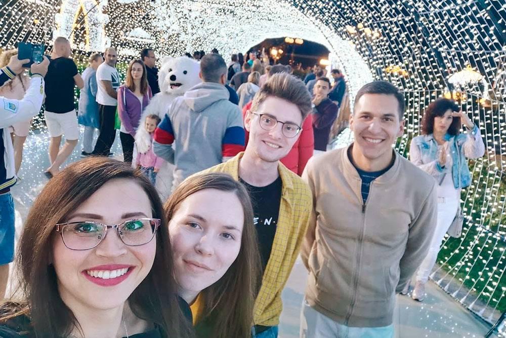 Я с участниками форума на площади Сохо в Шарм-эль-Шейхе. На фоне — многочисленные туристы, в основном русские