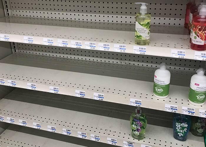 В магазинах и аптеках в первую очередь разбирают моющие и дезинфицирующие средства