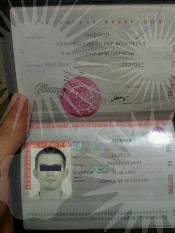 Это фото паспорта прислал мне продавец музыкального инструмента Ableton Push. Оно оказалось грубой подделкой. Фамилия наложена поверх блика, текст пересекает свои линейки, «город Белогорск» написано с наклоном. Дата выдачи и код подразделения набраны шрифтами разного размера и по-разному размыты