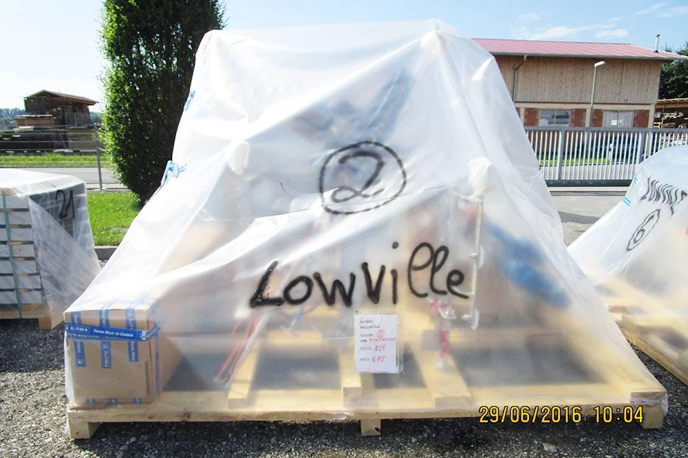 Вот так упаковывают грузы перед отправкой. Подпленкой находится блок-форма — составная часть каркаса, на который устанавливают оборудование дляпроизводства. Деревянное основание у груза — это специальная упаковка