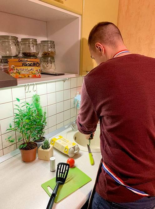 Иван готовит мне ужин. Он у нас эксперт по мясу