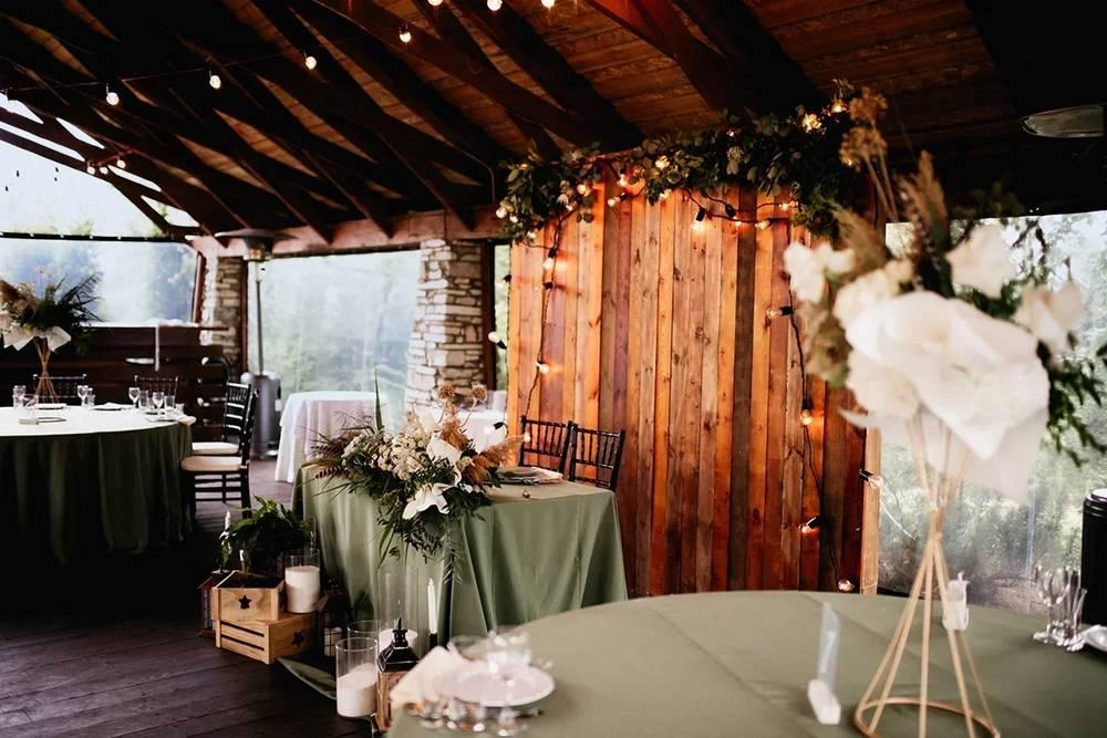 Я бродила по территории с открытым от восхищения ртом и очень радовалось, что свадебная арка, банкетный зал и мой букет получились такими красивыми