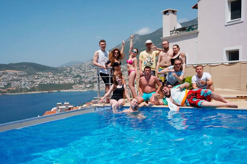 Команда трипа в последний день на вилле. Заставили залезть в холодный бассейн даже самых больших любителей теплой воды