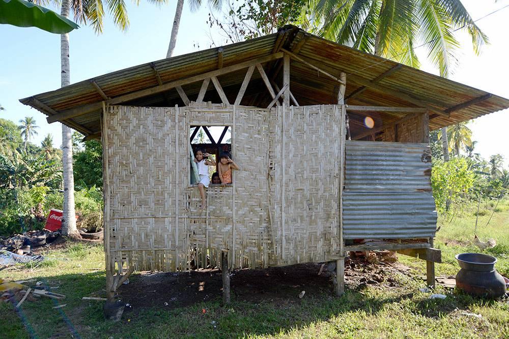Филиппинский домик в центре острова Самал. Здесь живут люди