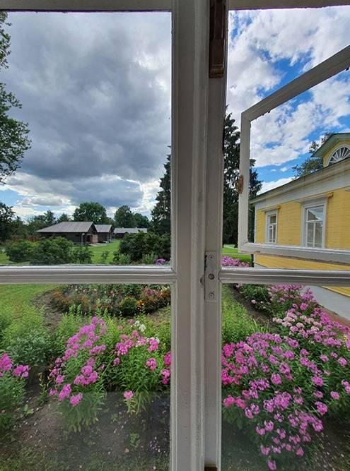 Это вид из окна главного дома родовой усадьбы Александра Пушкина