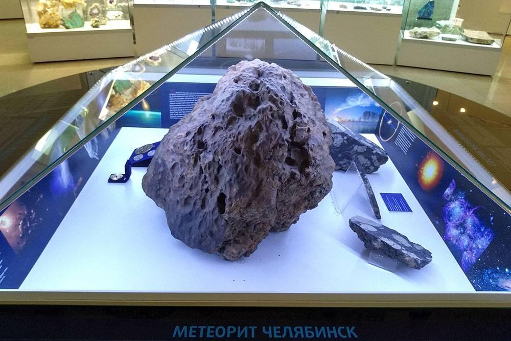 Метеорит выглядит как большой булыжник. Теперь он хранится в краеведческом музее