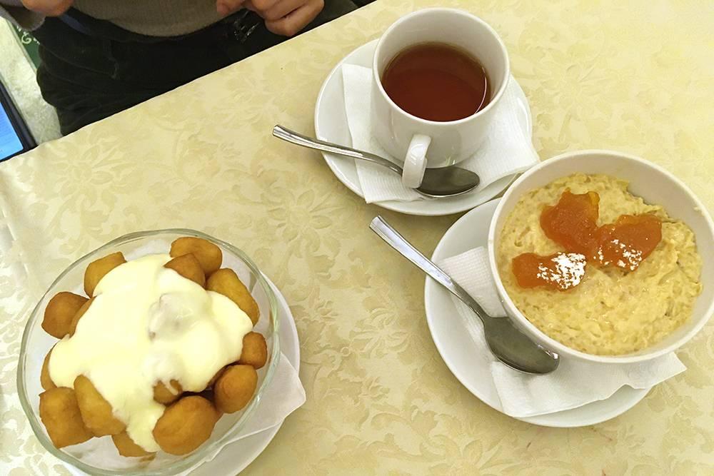 Калмыцкие десерты: хорха-борцг — сладкие борцоки со сметанным соусом за 80<span class=ruble>Р</span> — и булмг — яблоки и груши, вываренные с мукой, сметаной и сливочным маслом, за 110<span class=ruble>Р</span>
