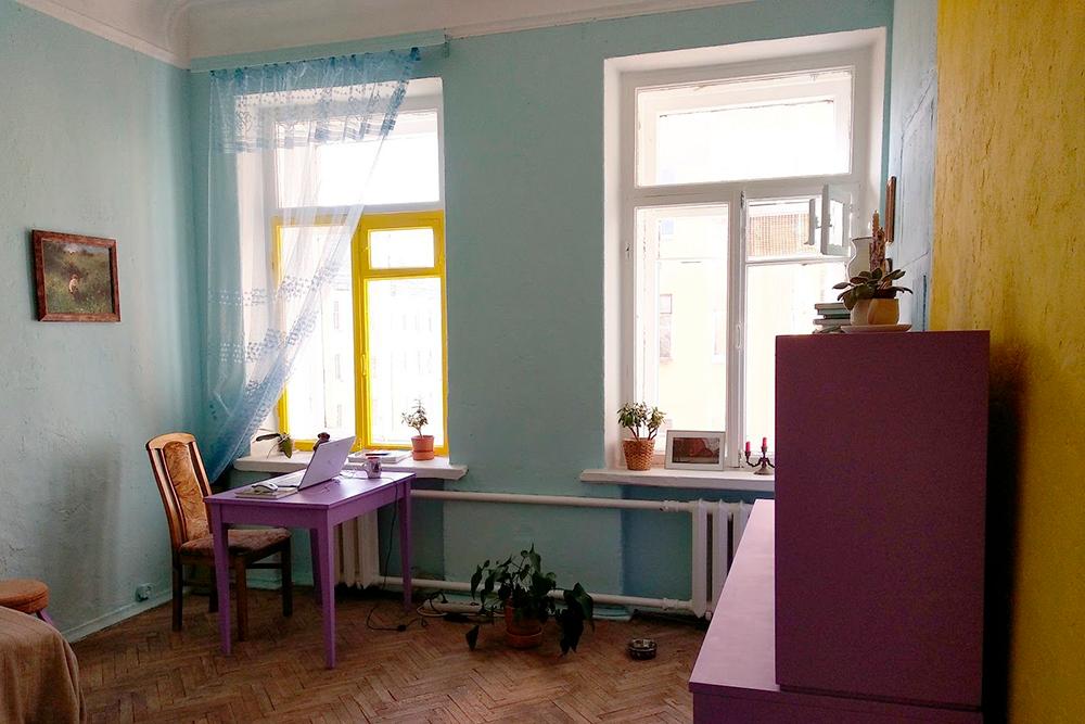 Вот такая комната получилась у меня в итоге. Я попробовала себя в роли дизайнера и маляра-штукатура. Еще почувствовала себя человеком из будущего, когда в маске-респираторе на все лицо стояла в туче пыли от содранного с мебели лака
