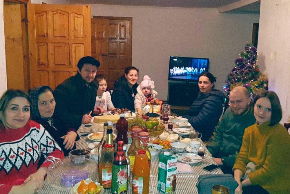 Гостеприимные хозяева даже позвали путешественников на новогоднее застолье