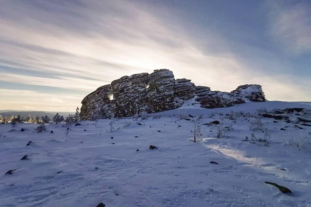 Подойти к скалам зимой легче, чем летом. Курумник покрывает снег — идешь по ровной поверхности