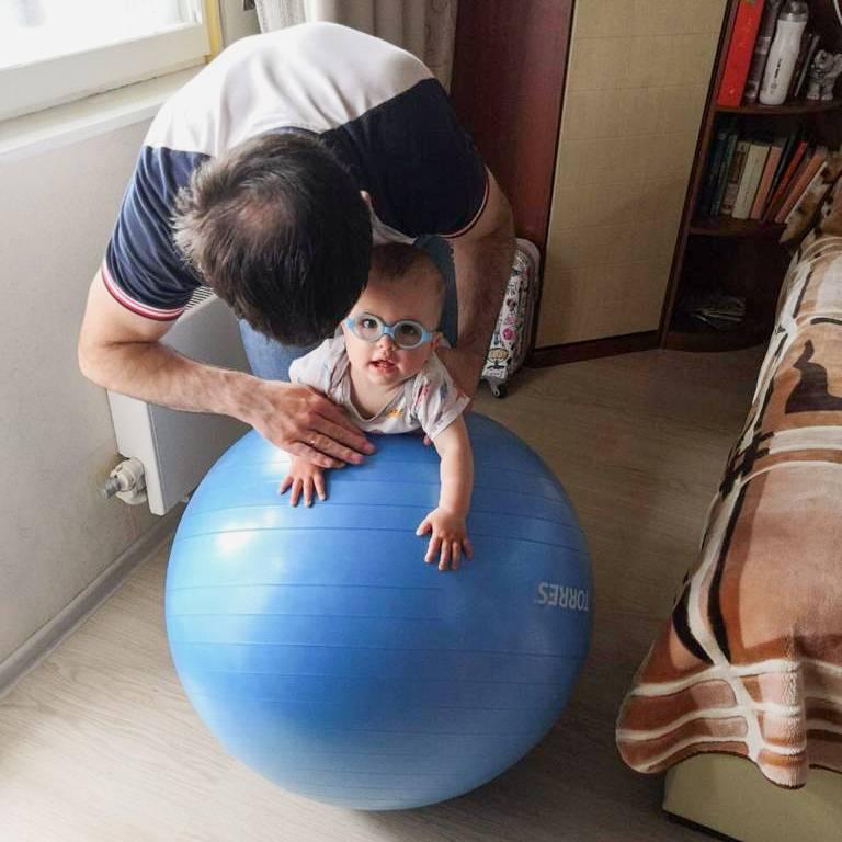 Во время массажа я еще уделял внимание различным упражнениям, в том числе и на фитболе