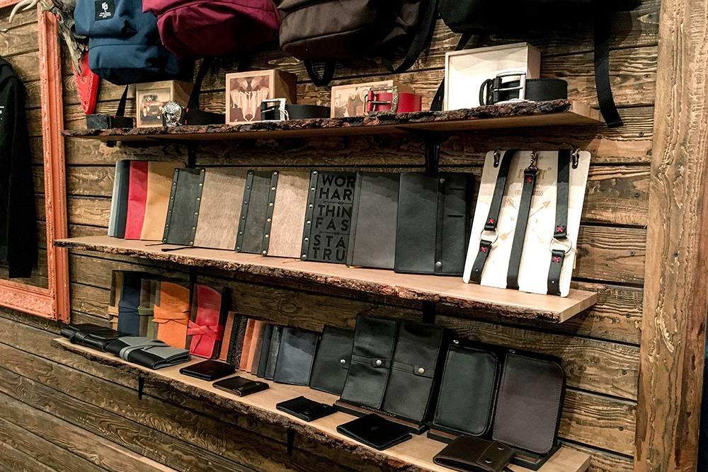 На полке с аксессуарами собраны кошельки, ремни и ежедневники от дружественных брендов. Кошельки стоят от 2795<span class=ruble>Р</span>, ежедневники — от 1700<span class=ruble>Р</span>