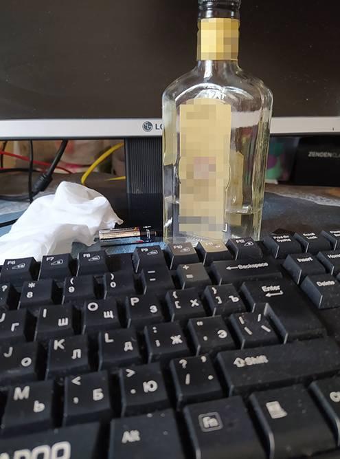 Протираю клавиатуру нетканой салфеткой со спиртом. Думаю о чудесах химии и прогресса. До чего они дойдут в своем пределе?