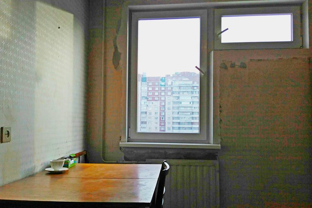 Кухня с нестандартным окном. В такую форточку помещался обычный советский кондиционер. Преимуществом этой кухни я считаю ее площадь — 8 м², можно удобно разместить технику и мебель