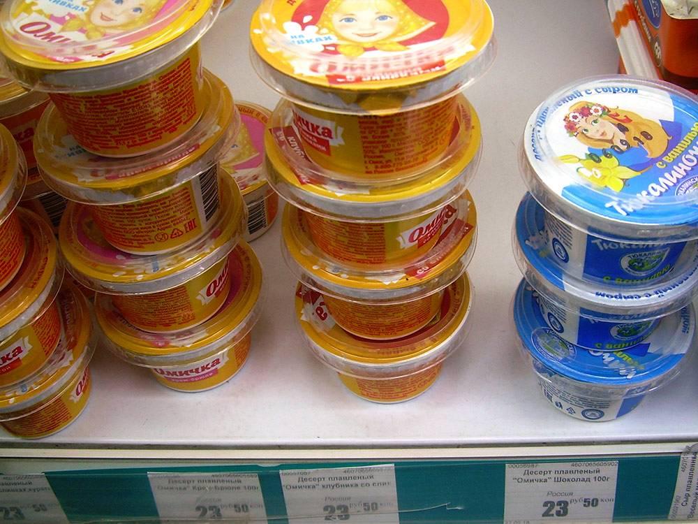 Омский бренд — плавленый сырок «Омичка». Это что-то среднее между плавленым сыром и сладким творожным сырком. Рядом продукт-клон, тоже омский — сырок «Тюкалиночка»