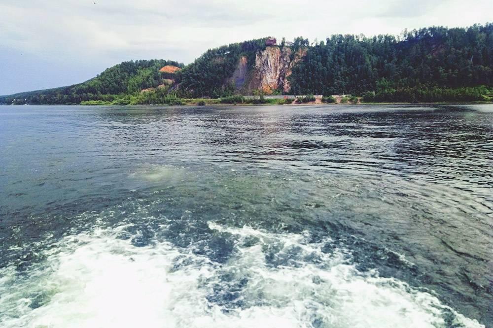 Вдалеке находится скала Шалунин Бык, подней проходит ветка железной дороги на Дивногорск