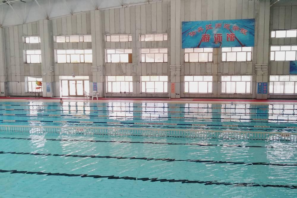 На территории кампуса был бассейн. Он большой, но неглубокий, потому что многие китайцы либо плохо плавают, либо вовсе не умеют этого делать. Я ходила в него один раз, заплатила за три часа 120<span class=ruble>Р</span>