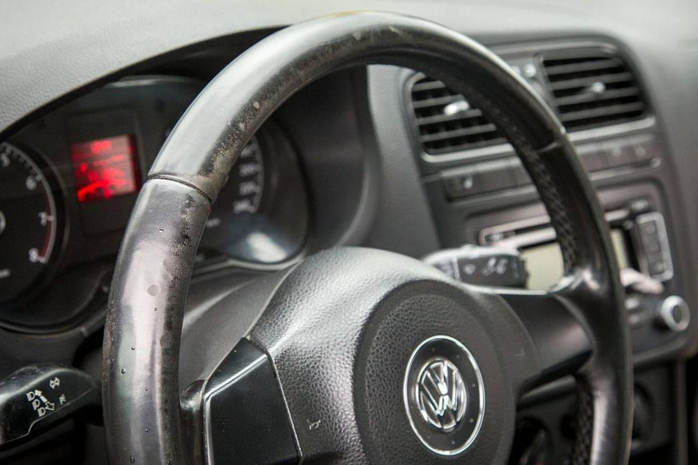 Царапины и потертости свидетельствуют о том, что на автомобиле долго и много ездили. Если руль в таком состоянии, как на фото, продавцы часто перешивают его обивку. Понять это можно по грубой строчке или отличному от других аналогичных машин материалу. Перешитый руль — это не подарок вам, а попытка скрыть пробег. Источник: iconsult.by