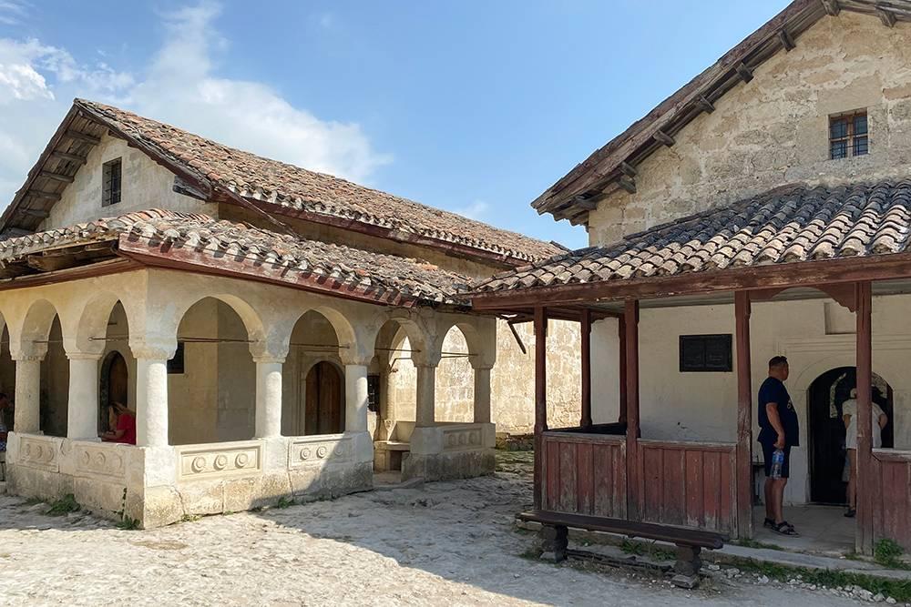 Кенассы выглядят как единый архитектурный комплекс, но их построили с разницей в четыре столетия — в 14 и 18 веках