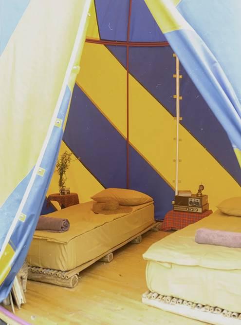 Внутри шатер выглядит вот так: две кровати с матрасами и прикроватные столики