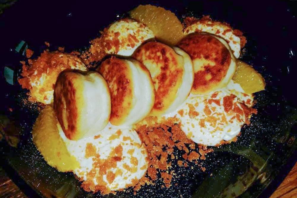 На деле «несырники» оказались очень даже сырниками, но с фруктами и вкусным сливочным соусом