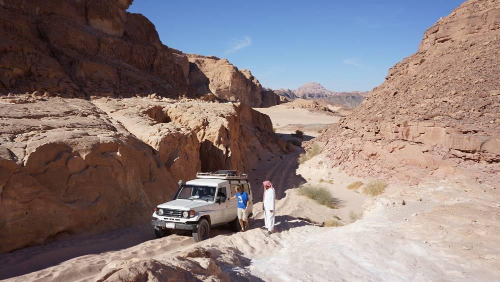 Еще из Дахаба ездят в двухдневные туры в пустыню. Днем путешественники идут через каньоны к песчаным дюнам, а ужинают и ночуют в оазисах у бедуинов. В 2018году тур с арендой джипа и водителем стоил 150$ на четверых