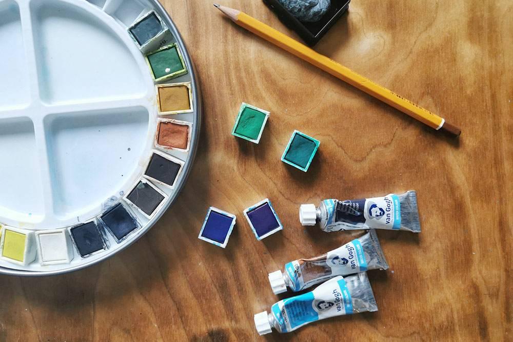 Это акварельные краски в кюветах и тюбиках. В кюветах расход краски меньше, но сами цвета сложнее смешивать, потомучто они сухие и сложно набираются на кисть