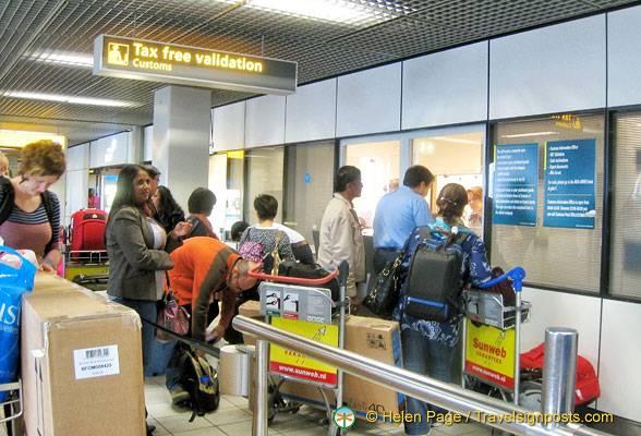 Туристы в амстердамском аэропорту приходят в офис таможни перед регистрацией. Фото: ЭленПейдж