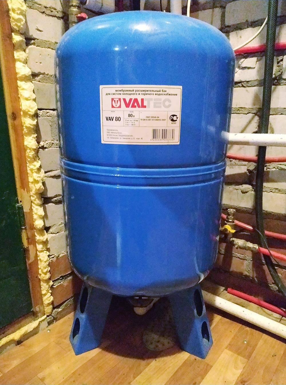 Наш расширительный бак. Объем — 70 литров, из них при выбранном нами диапазоне давлений 3,2—3,7 кг/см² вода занимает примерно 20 литров