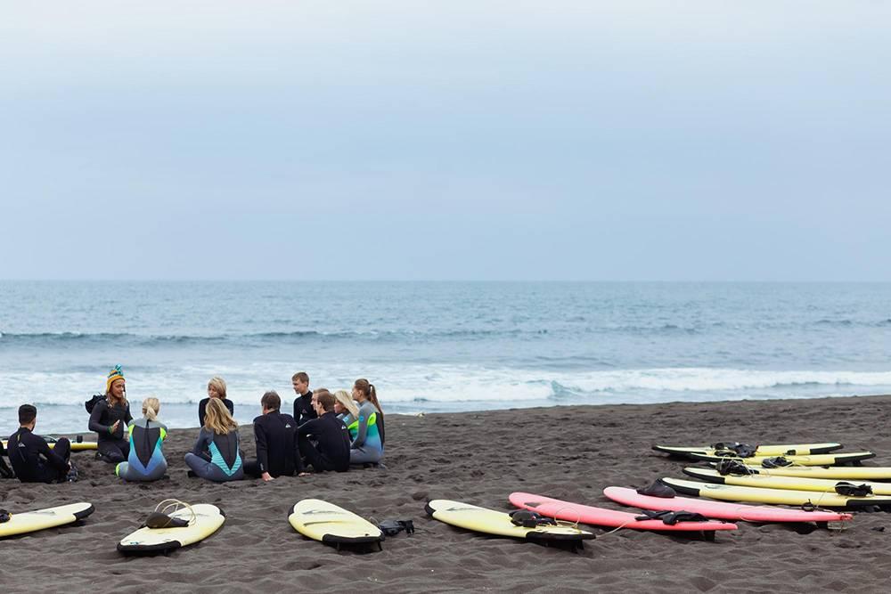 Уроки серфинга начинают с теоретической подготовки на берегу