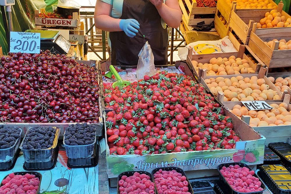 На рынке я знаю каждую палатку и каждого продавца, и меня там узнают. Мы покупаем здесь фрукты и овощи уже лет шесть, потомучто раньше снимали квартиру в Мытищах