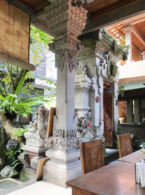 Место для приема пищи в балийском доме