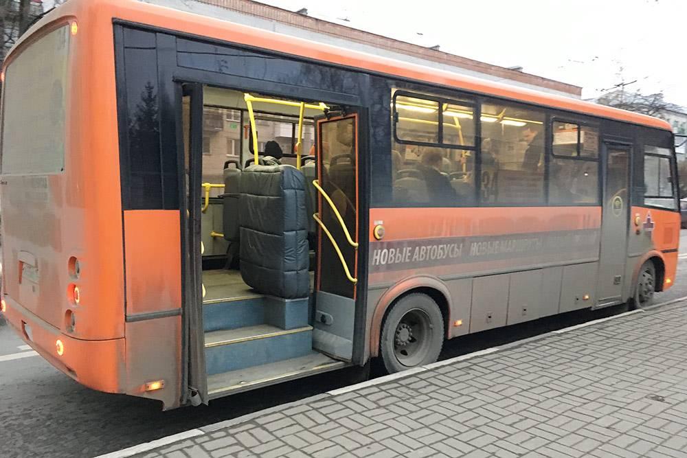 Автобус ПАЗ в новом дизайне. Черное в чехле — это подъемник для детских колясок и инвалидных кресел. Обеспечить безбарьерную среду на транспорте было одним из требований ФИФА