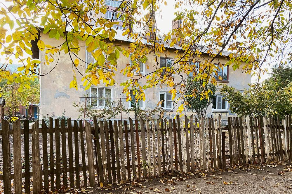 Жактовский дом в Северном поселке. У жителей свой дворик и грядки, где они летом выращивают овощи