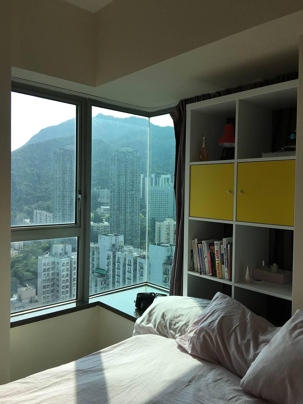 Вид с порога нашей спальни. Второй бок кровати стоит вплотную к стене. Дверь в спальню закрыть невозможно, мешает матрас. Зато какой вид из окна