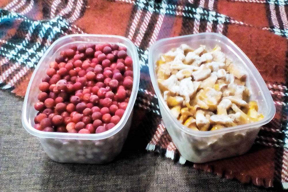 Складываем ягоды и грибы в контейнеры и замораживаем