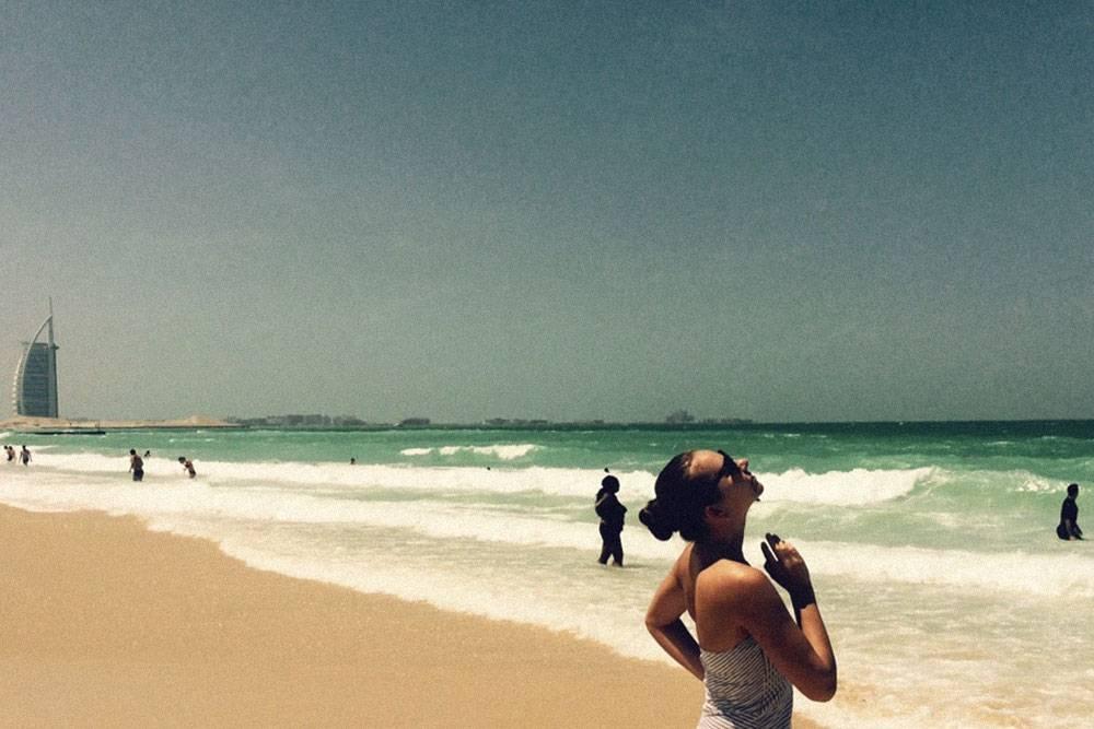 Пляж Джумейра Паблик Бич и вид на отель «Бурдж-аль-Араб». В марте море освежающее, волны небольшие. Людей в будни немного
