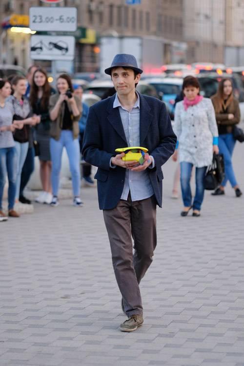 Музыкант Вова выступает в роли шляпника. Фото Ивана Петрова