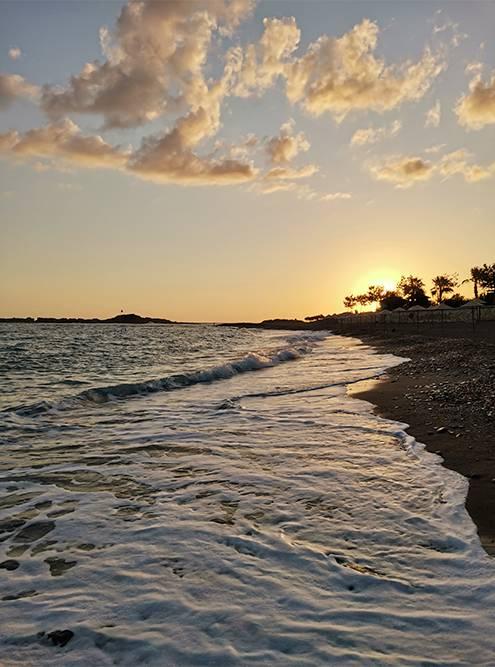 Вечерами мы гуляли вдоль моря и смотрели на закат