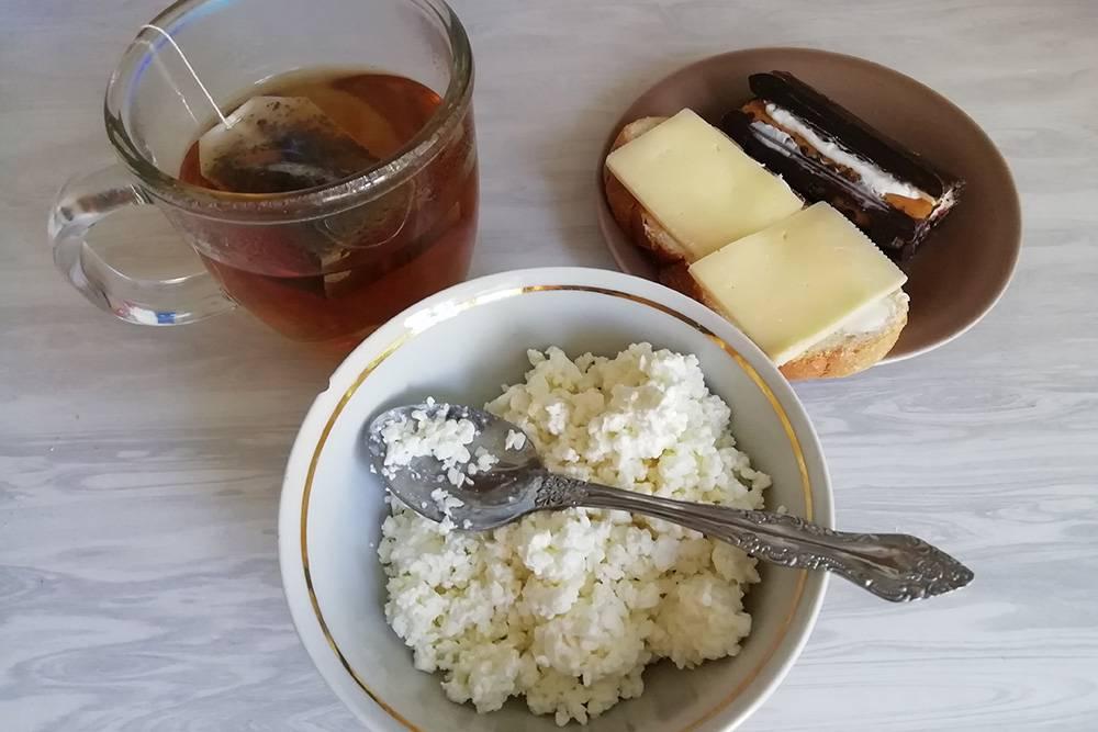 На завтрак творог, бутерброд, вредный рулетик и чай