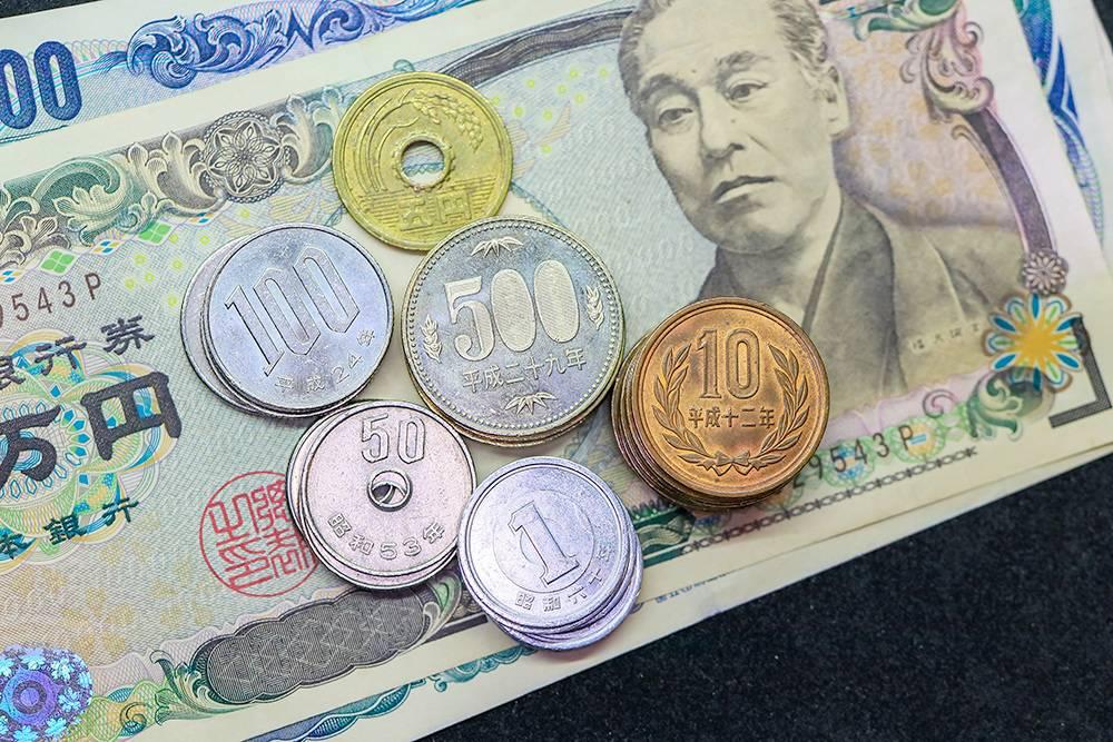 Национальная денежная единица Японии — иена. На момент публикации 1 иена стоила 60 копеек, хотя в банках курс обычно указывают за 100¥ (60<span class=ruble>Р</span>). Фото: Shutterstock