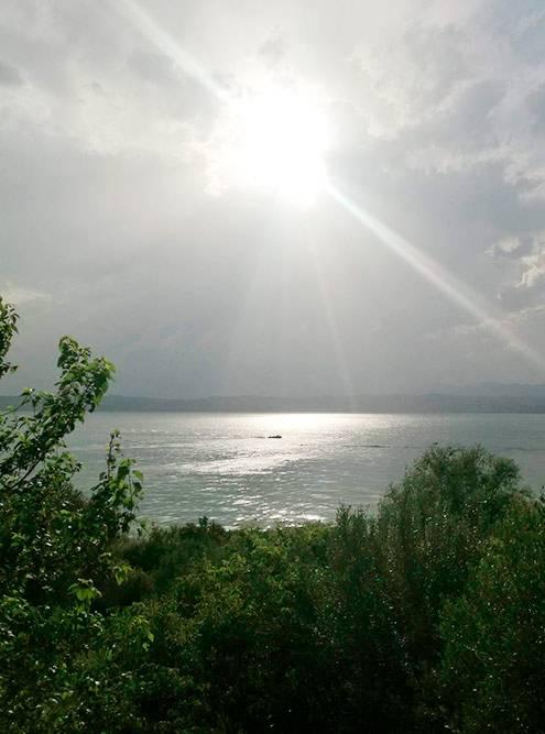 Озеро Гарда. Из-за облачности на фото почти не видны горы, но в реальности было очень красиво