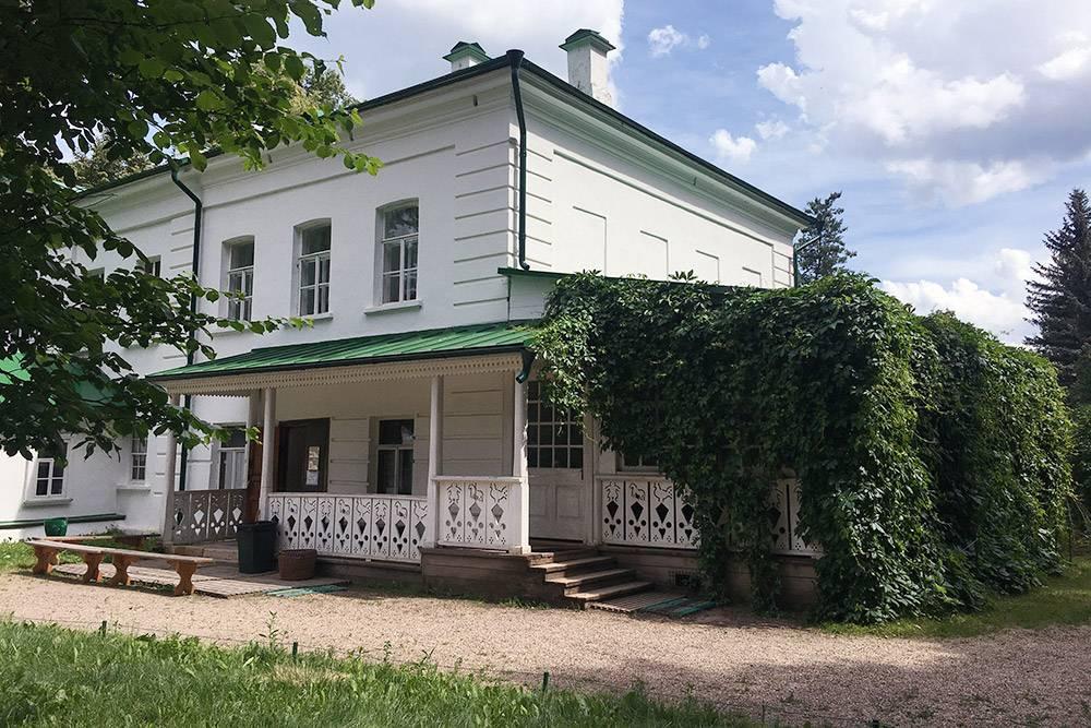 Вход в дом Толстого. С другой стороны дома воспроизведены цветочные клумбы с геранью, какими они были прижизни писателя, поэтому там территория огорожена