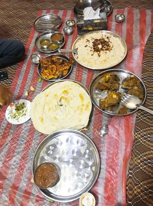 Еще в Омане популярна йеменская кухня. Слева на серебряном подносе находится острый бобовый соус хильбе, который острее любого индийского карри. Перед тем как подать мясо, приносят говяжий бульон, который, по словам владельца ресторана, сделан из бычьего хвоста. Йеменский ужин в пригороде Маската обойдется в 4 OMR (793<span class=ruble>Р</span>) с человека
