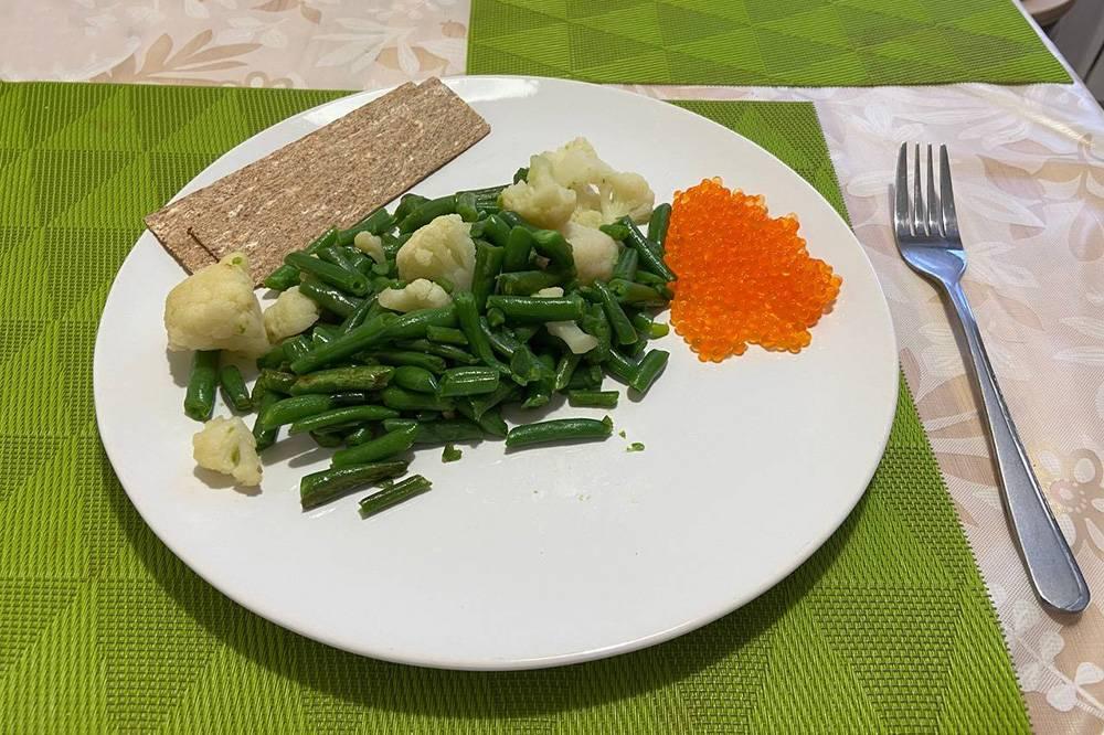 Сегодня на обед стручковая фасоль с цветной капустой, икра и ржаные хлебцы