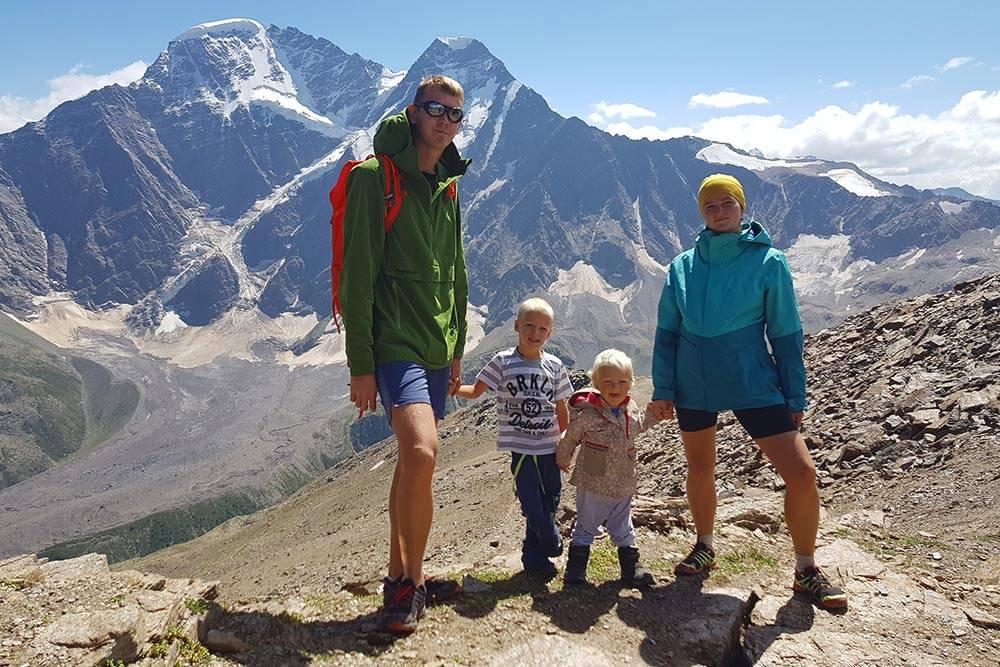Сейчас внашей семье трое детей, ивсе путешествуют снами ссамого рождения. Фото споездки наЭльбрус в2018году