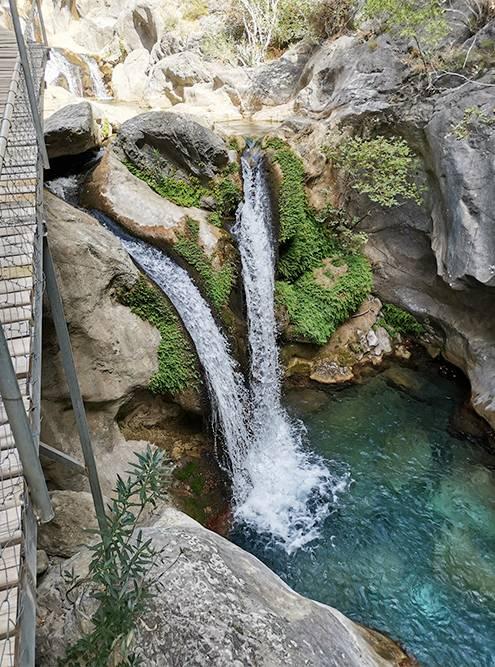 Поднекоторыми водопадами образуются бассейны. На скалах есть таблички — на них указано, где можно плавать и какая там глубина