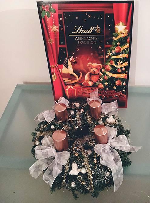 Самодельный рождественский венок сосвечами — традиционное украшение наРождество вВене. Каждую неделю, начиная за4недели доРождества, ввоскресенье зажигается поочереди каждая свеча